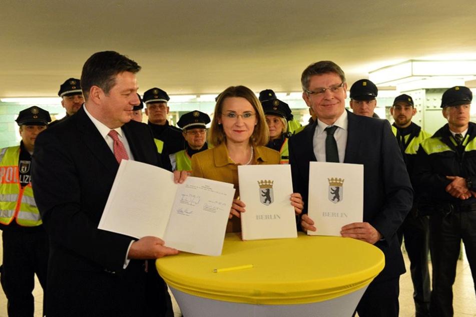Innensenator Andreas Geisel (SPD,li.), BVG-Chefin Sigrid Evelyn Nikutta und Polizeipräsident Klaus Kandt unterzeichneten eine Kooperationsvereinbarung zwischen Polizei und BVG-Sicherheitsdienst.