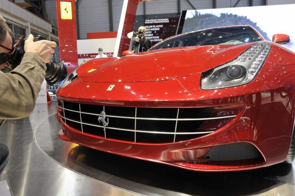 Mann fährt mit sündhaft teurem Ferrari an Tankstelle, aber Rechnung will er nicht zahlen