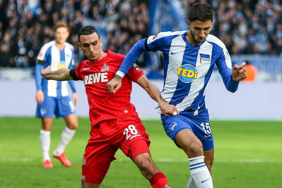 Ellyes Skhiri (l.) vom 1. FC Köln kämpft gegen Berlins Marko Grujic um den Ball.