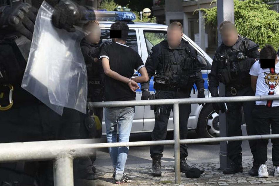 Polizeieinsatz am Albertplatz: Zwei Männer mit Drogen in Handschellen abgeführt