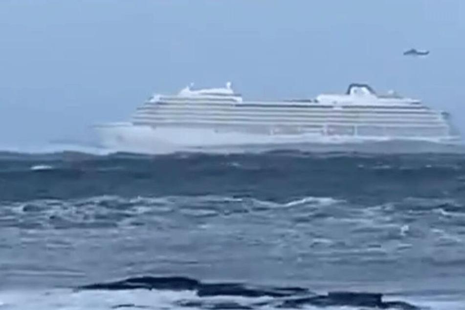 Kreuzfahrtschiff vor Norwegen in Seenot: 1300 Passagiere müssen auf offenem Meer von Bord!