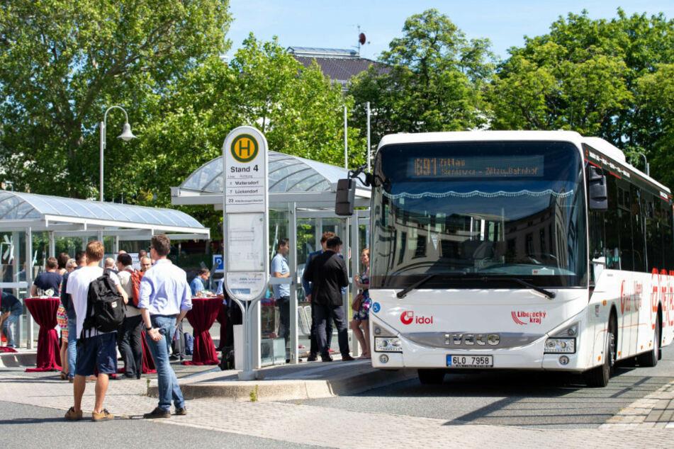 Zwischenstopp in Zittau: Der Dreiländerbus bringt Ausflügler und Tagestouristen in die Wandergebiete.