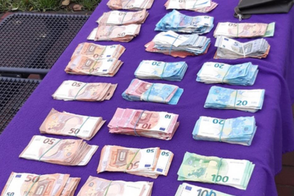 Geldwäsche oder Drogenhandel? Polizei macht großen Fund bei Zwillingsbrüdern!