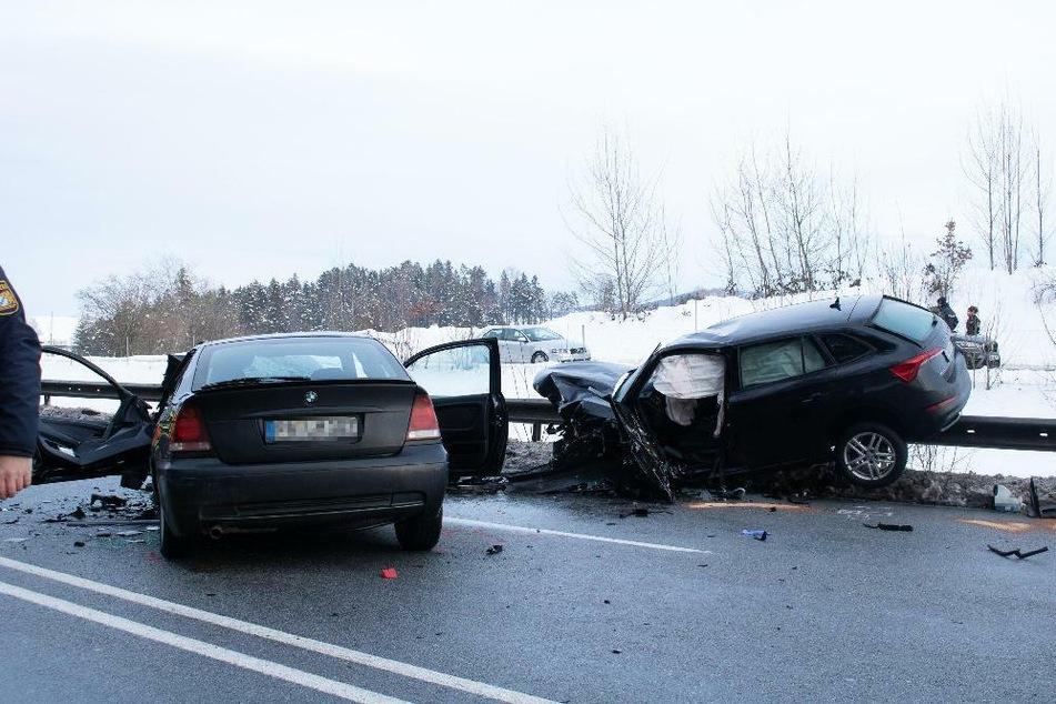 Für einen 55 Jahre alten BMW-Fahrer kam nach einem Unfall auf der Bundesstraße 12 in Bayern jede Hilfe der Retter zu spät.