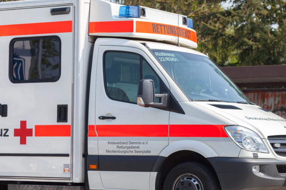 Weil er keine Maske tragen will: Patient greift Rettungssanitäter an