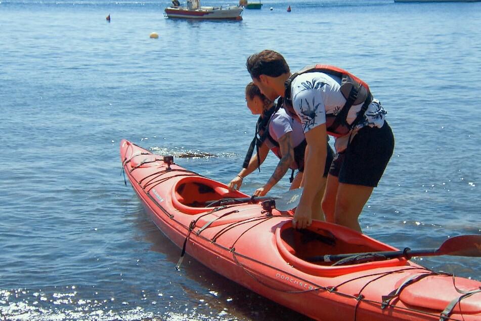 Für Leander (22) geht es mit Melissa auf eine Kajak-Tour entlang der Mittelmeerküste.