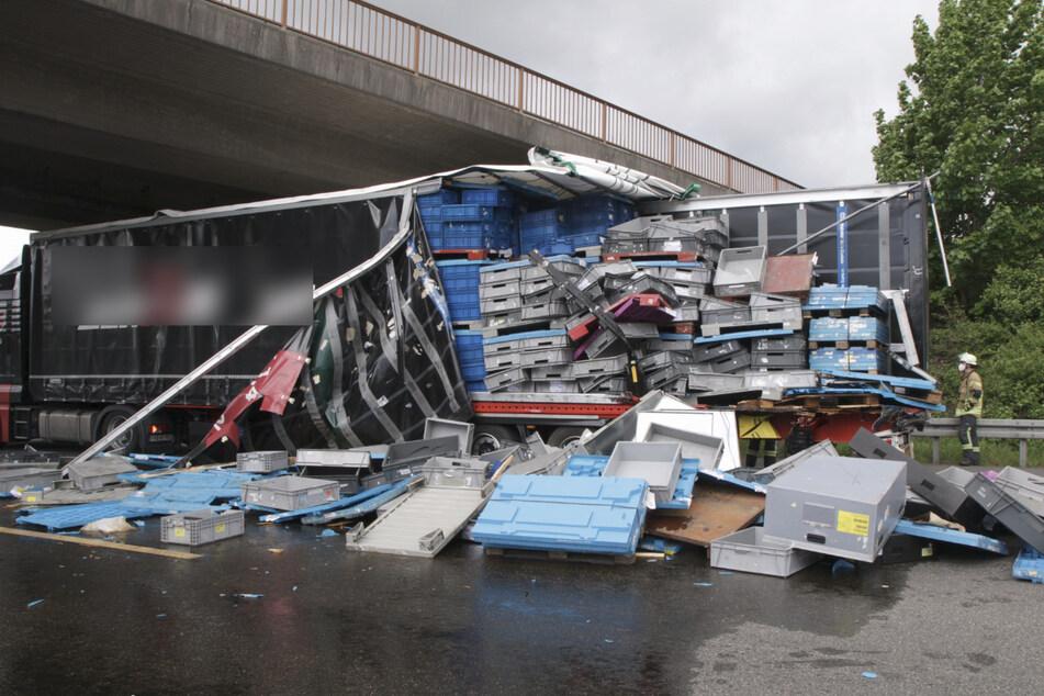 Durch den Unfall wurde die Seite des Lastwagens aufgeschlitzt.