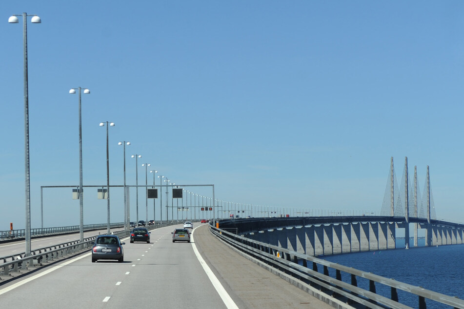 Autos fahren über die Öresundbrücke, die die dänische Hauptstadt Kopenhagen und die schwedische Stadt Malmö verbindet.