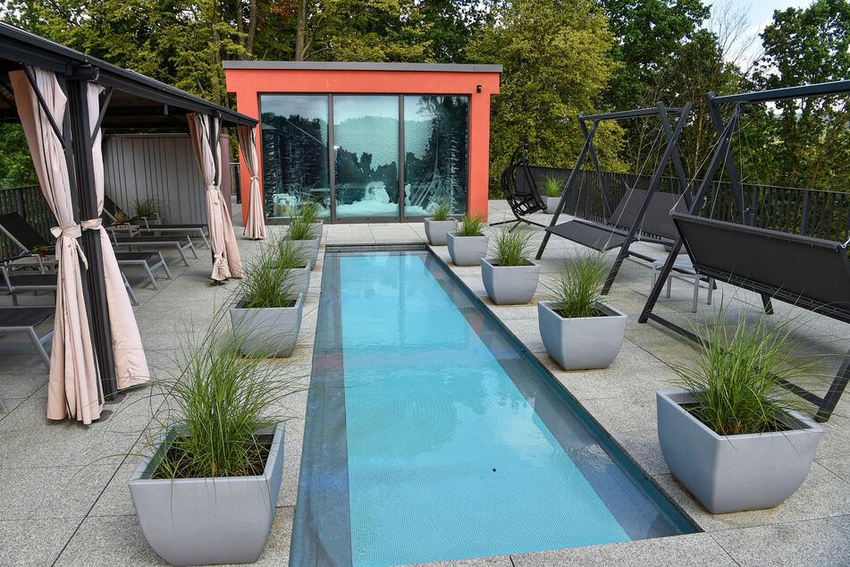 Direkt an einem kleineren Pool liegt eine Kältekammer mit reichlich Schnee.