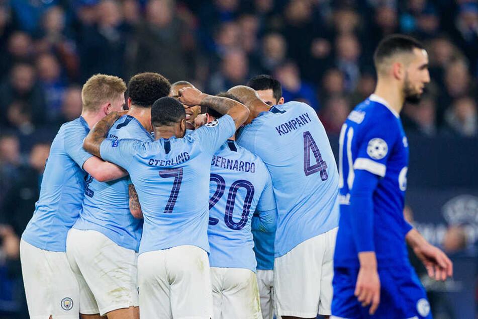 Der sportliche Teil des Abends endete mit einer Niederlage für Schalke. Während Nabil Bentaleb enttäuscht von dannen schleicht, jubelt Manchester über den genialen Freistoß von Leroy Sané.