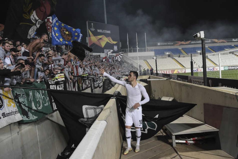 Filip Kostic feierte nach dem Sieg mit den eigenen Fans.
