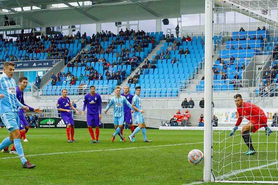 Björn Jopek wartet auf sein erstes  Tor für den CFC. Beim 1:1 gegen Bremen II. war er ganz nah dran. Dieser Schuss  von ihm ging an den Außenpfosten.