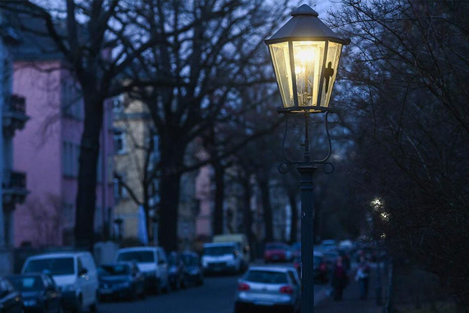 Die alten Gasleuchter in Dresden stehen vor dem Aus. Ein Pilotprojekt soll zumindest die Lampen retten. Foto: Norbert Neumann