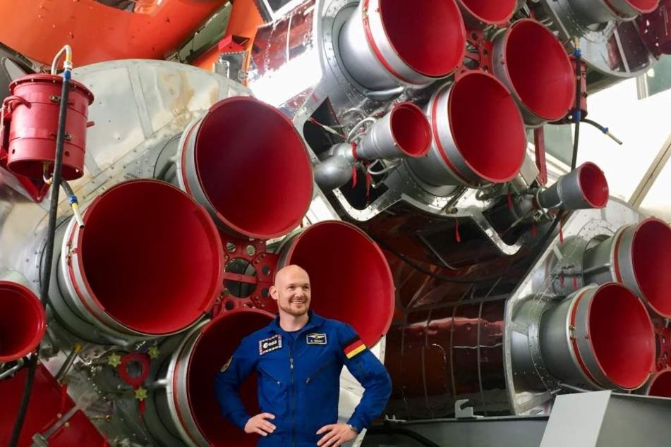 Alexander Gerst vor dem Antrieb der Sojus-Rakete. Sie hat eine Leistung von umgerechnet etwa 26 Millionen PS.