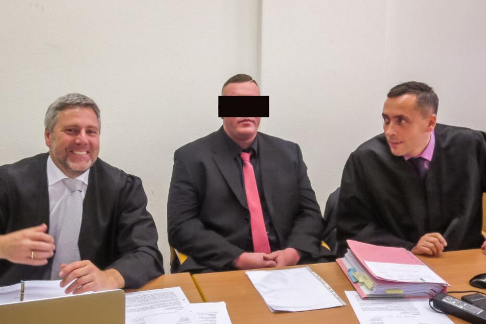 Erst verurteilt, jetzt freigesprochen: Thomas K. (32), hier mit seinen Verteidigern Curt-Matthias Engel (l.) und Mario Thomas.