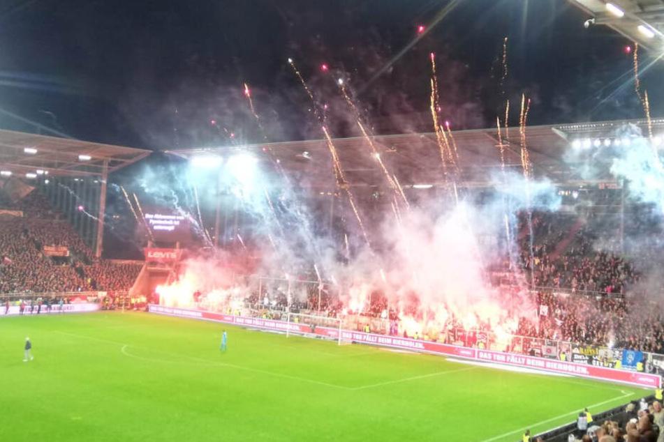St. Pauli-Anhänger zünden Pyrotechnik.