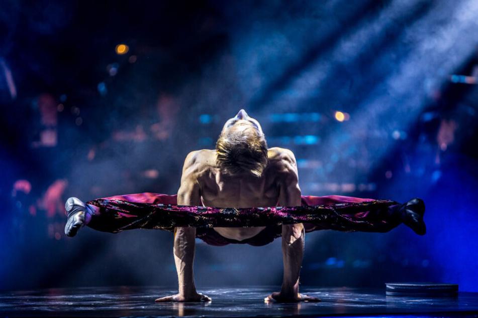 """Das tut schon beim Hinschauen weh: """"Gummimann"""" Oleksandr Yenivatov verbiegt seinen Körper in unglaublicher Weise. Vor jeder Show wärmt er sich vier Stunden mit Dehnungen auf."""