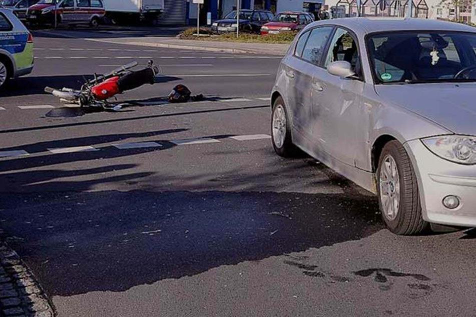 Schwer verletzt: Schüler knallt mit Simson gegen BMW