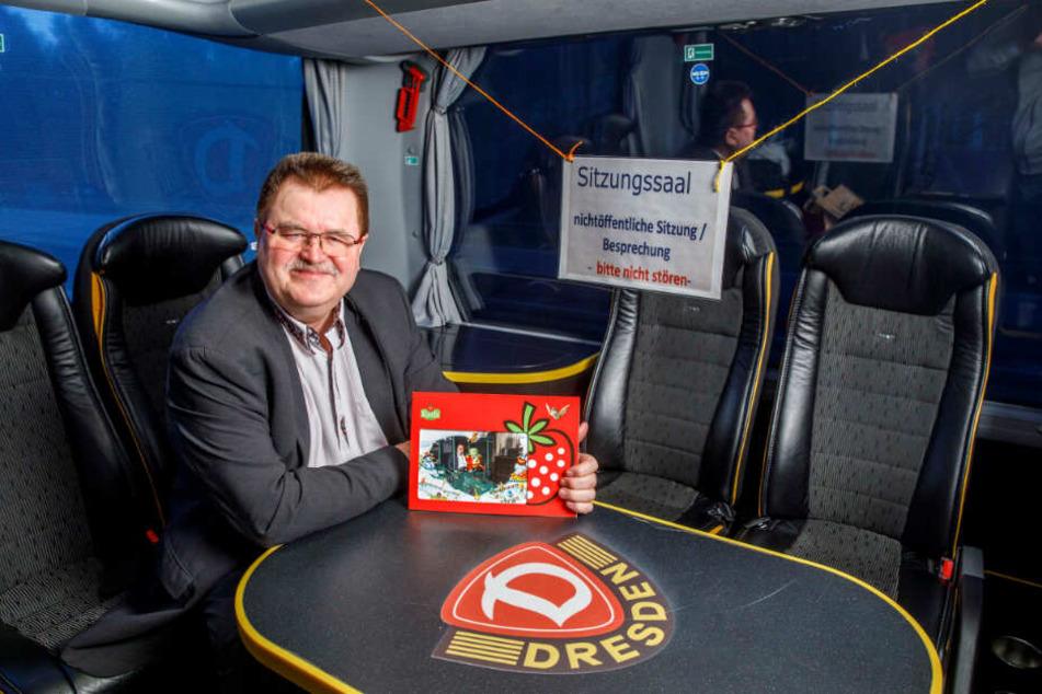 Ein bisschen Spaß muss sein: Bürgermeister Fröse im Dynamo-Bus auf dem Weg zum Erlebnis-Dorf bei Berlin.