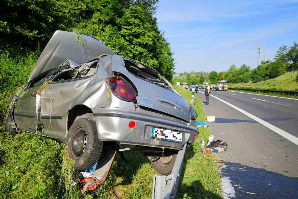 Das Auto schanzte hinter die Leitplanke
