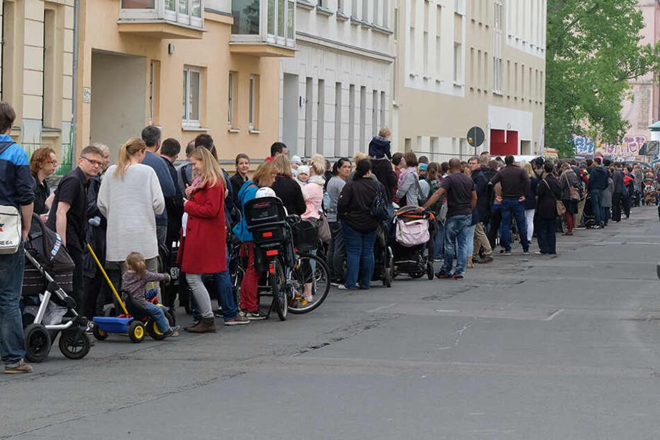 """Mitte Mai hatten in Leipzig rund 450 Menschen vor der neuen Kindertagesstätte """"Tillj""""gewartet, um sich dort registrieren zu lassen. Die neu gebaute Einrichtung der Johanniter vergab aber nur 45 Krippen- und 120 Kindergartenplätze."""