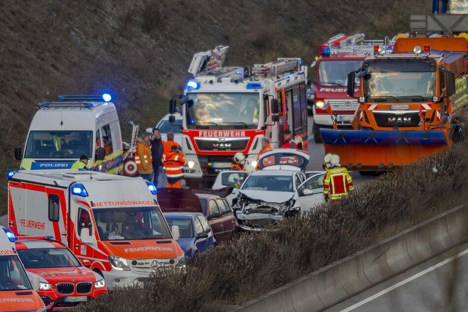 Feuerwehr, Rettungsdienst und Polizei sind am Unfallort. Auf der A71 bei Erfurt war ein Rentner in ein Stauende gefahren.