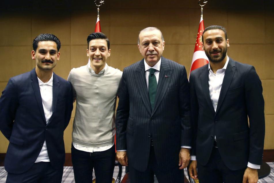 Für dieses Bild mit Präsident Erdogan müssen Ilkay Gündogan (l.) und Mesut Özil (2.v.l.) derzeit viel Kritik einstecken.