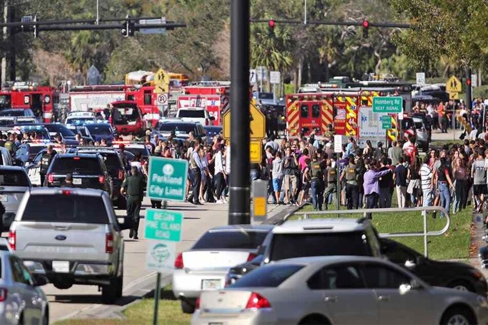 Ein 19-jähriger ehemaliger Schüler hat an einer High School in Florida mit einer halbautomatischen Waffe 17 Menschen getötet.