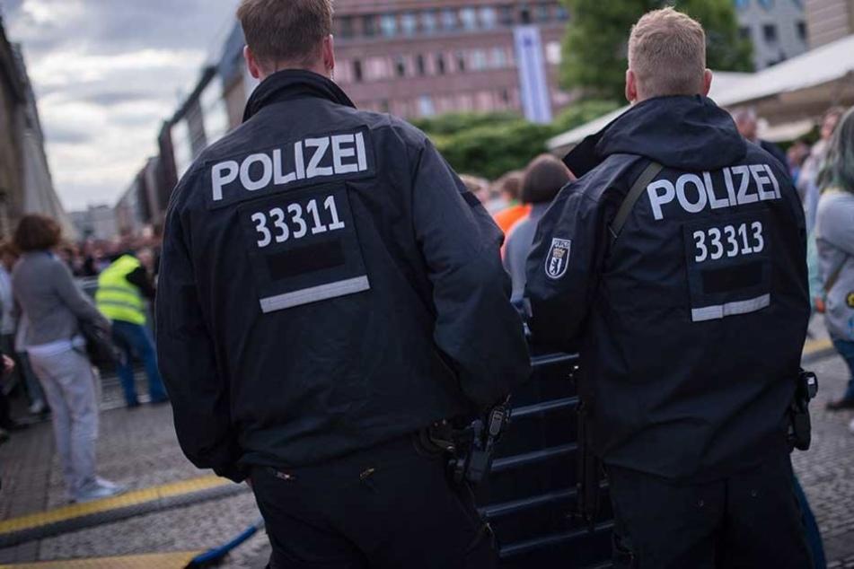 Polizisten wurden von Passanten dafür kritisiert, dass sie gegen den Rassisten ermitteln.