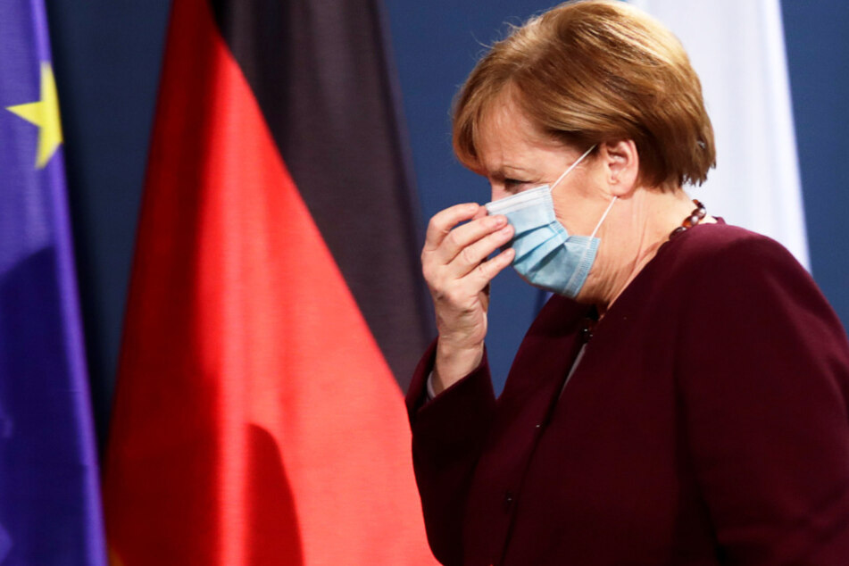 Bundeskanzlerin Angela Merkel (CDU) verlässt eine gemeinsame Pressekonferenz mit Bundesfinanzminister Scholz zum virtuellen G20-Gipfeltreffen.