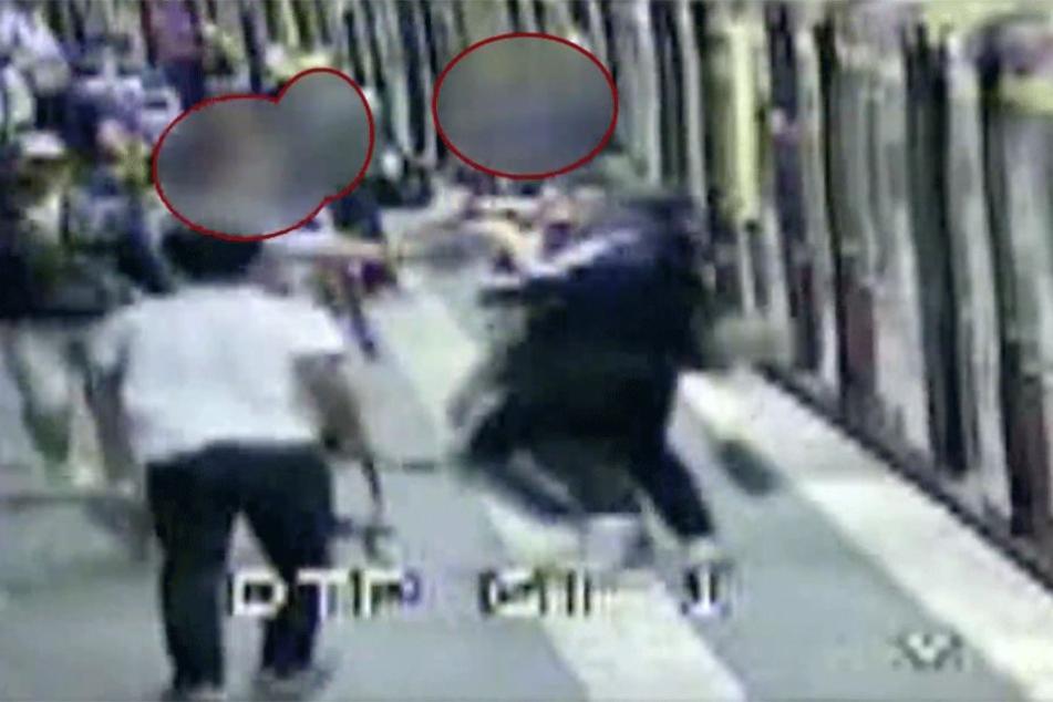 Mit Aufnahmen aus der Überwachungskamera werden die Schläger jetzt gesucht.