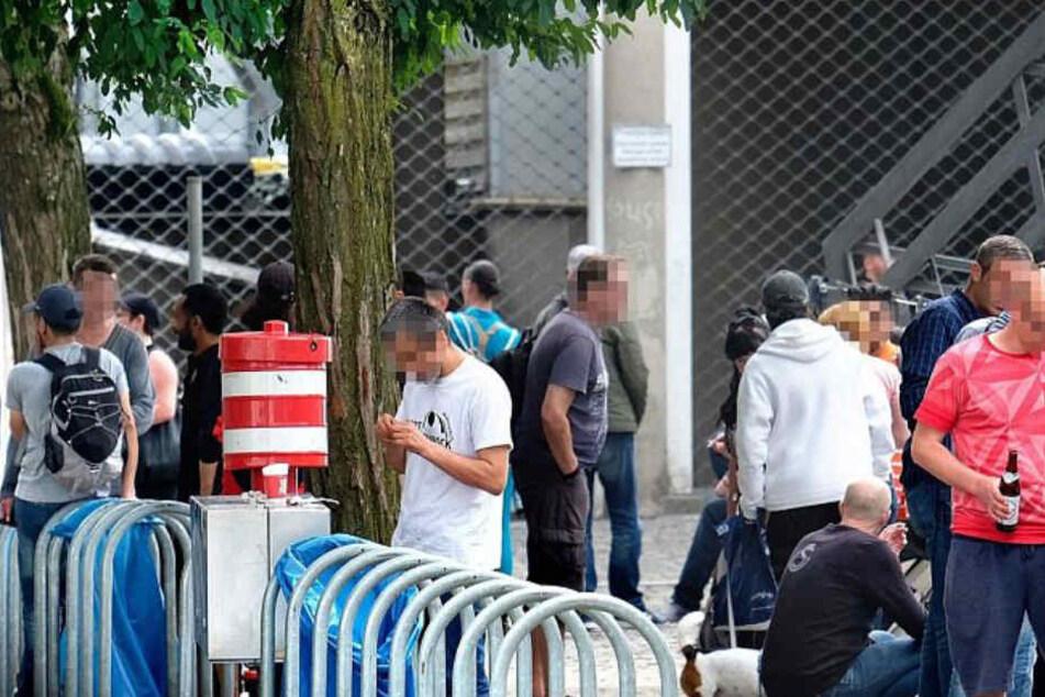 Vor dem Hauptbahnhof trifft sich die Szene zum gemeinsamen Alkohol- und Drogenkonsum.