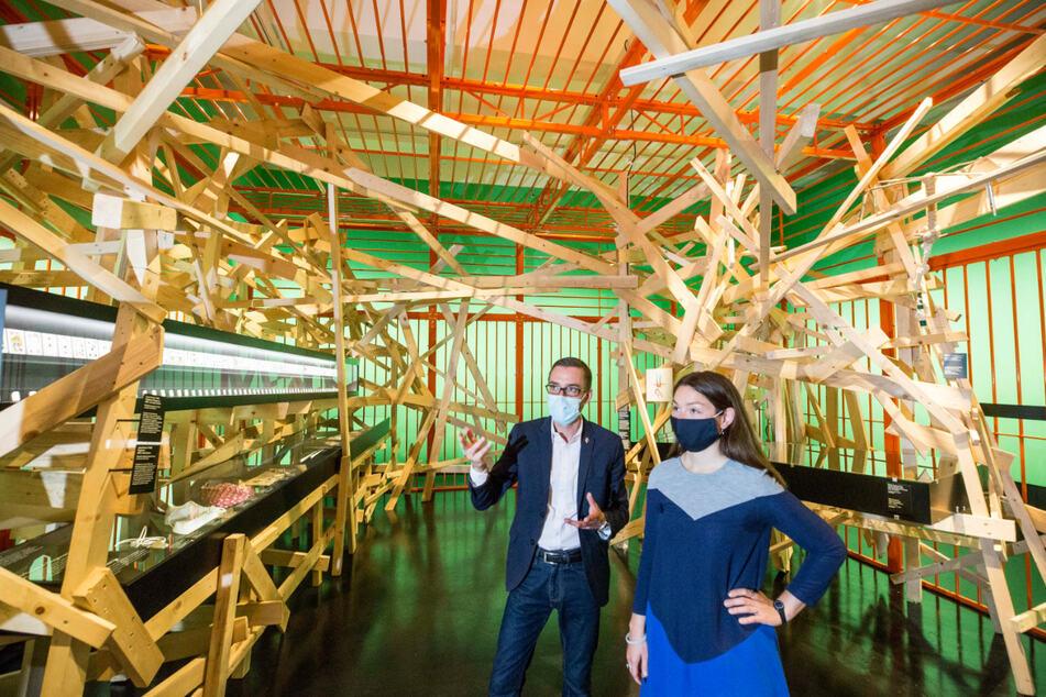 """Museumsführer David Münster (44) und Anna Unger (28) schauen sich die Zelle """"Regelverletzungen"""" an."""