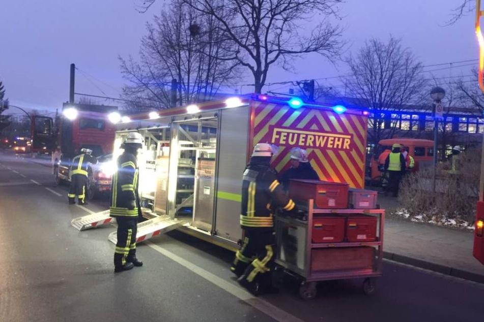 Die Feuerwehr beratschlagte darüber, wie das Auto aus dem Tunnel zu holen ist.