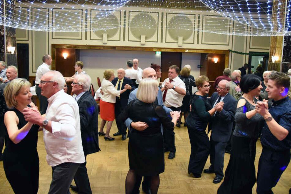 Zu den Tanzveranstaltungen kommen mittlerweile im Schnitt rund 100 Menschen. Die meisten sind Rentner, aber auch Jüngere sind dabei.