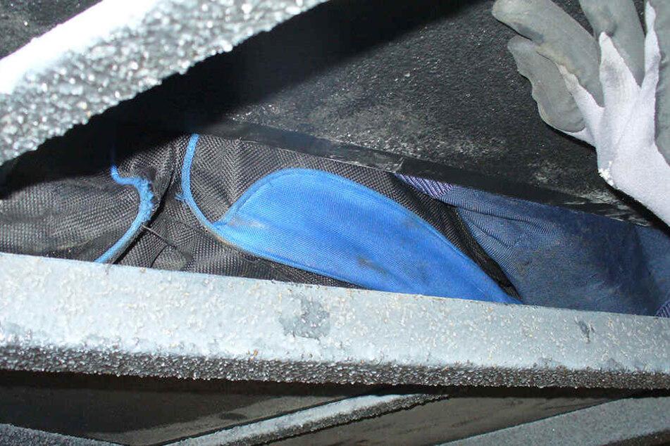 In dem Versteck unter der Schlafkabine war eine Reisetasche mit fast 13.000 Zigaretten