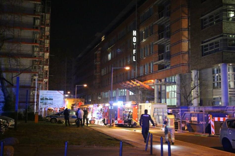 Das Hotel von außen, inklusive Einsatzwägen der Feuerwehr.