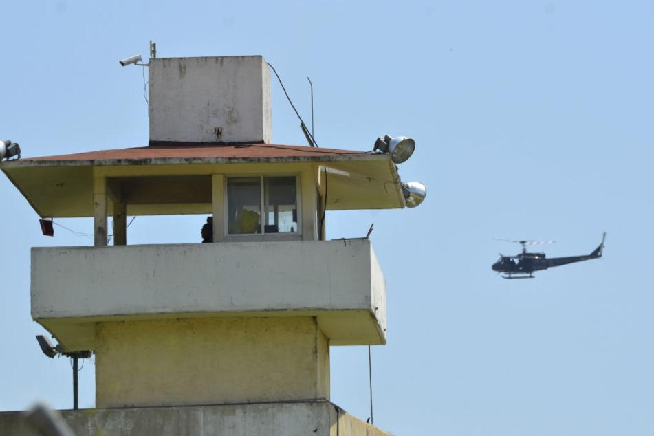Ein Polizeihubschrauber umkreist das Gefängnis in Acapulco.