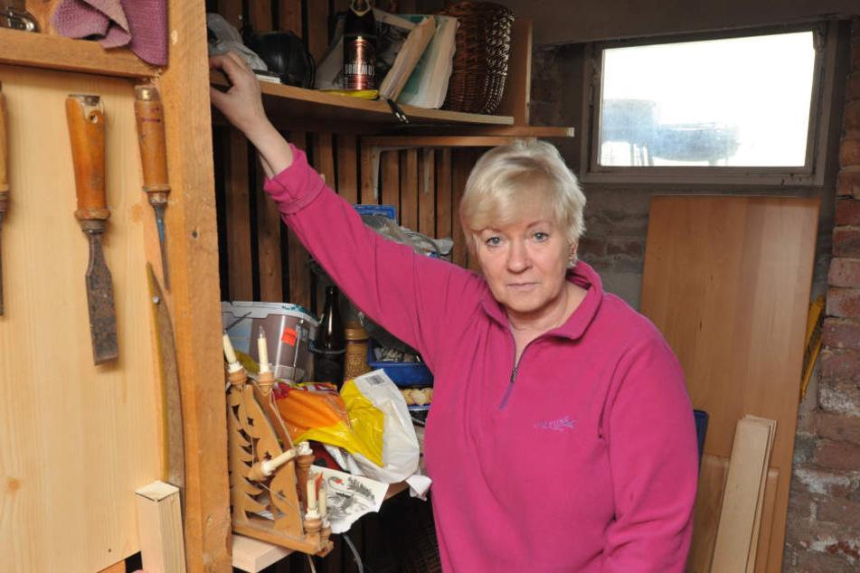 Birgit Gernegroß (66) im Keller in der Chopinstraße: Auch hier waren  Einbrecher eingedrungen.