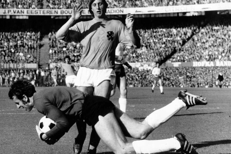 Jürgen Croy schnappt sich den Ball vor Hollands Superstar Johan Cruyff.