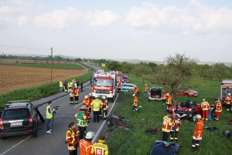 Polizei, Rettungsdienst und Feuerwehr an der Unfallstelle, die B295 musste für mehrere Stunden gesperrt werden.