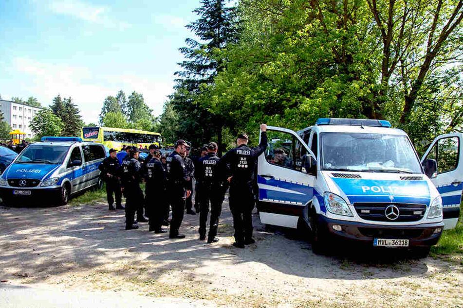 Polizisten sichern die Zufahrt zu einer der Absturzstellen in einem Feld in der Nähe von Nossentiner Hütte.