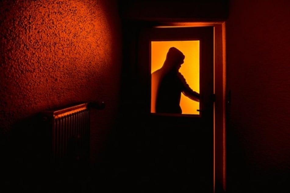 Um sechs Uhr früh ging plötzlich die Tür auf. Die 25-Jährige war gegen den Angreifer völlig wehrlos.