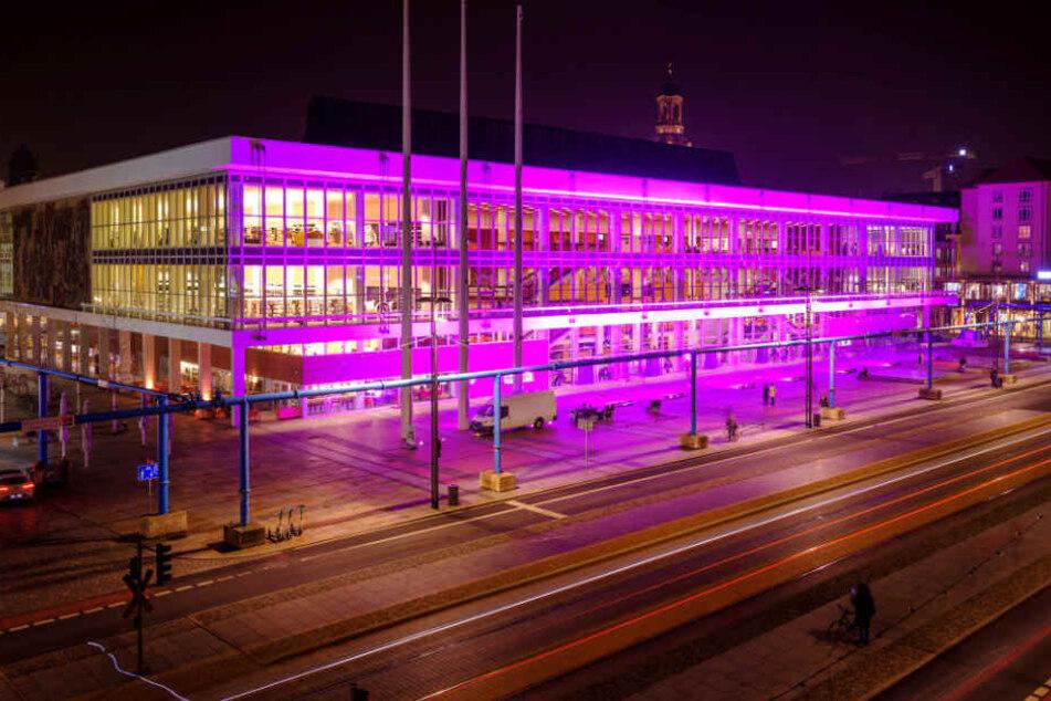 Die Vorderfassade des Kulturpalasts leuchtet Lila.