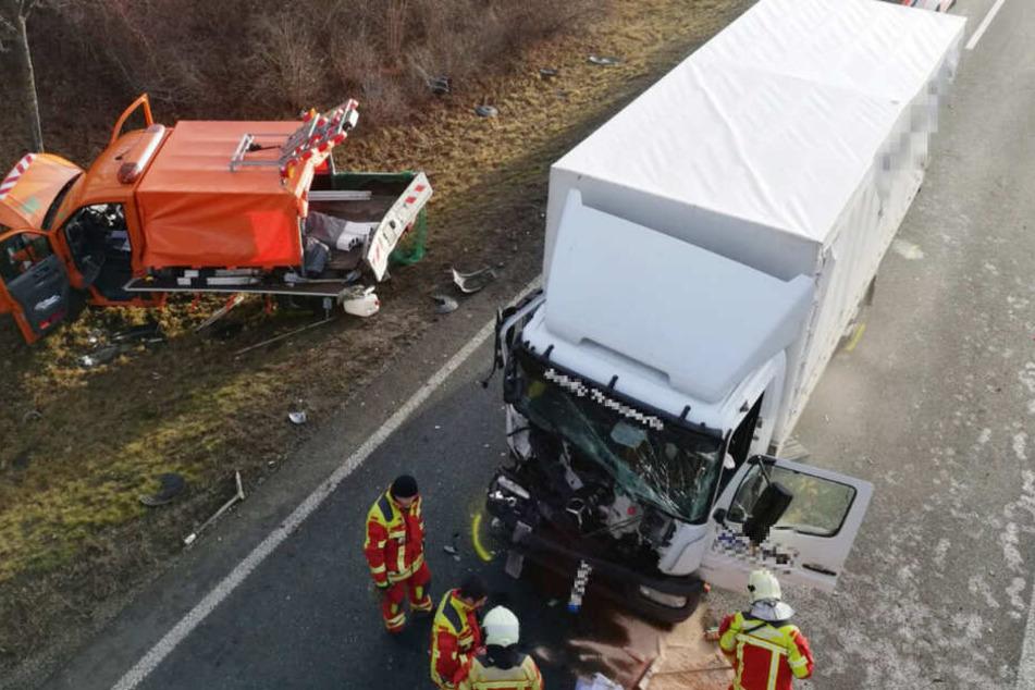 Laster kracht in Baustellenfahrzeug, zwei Menschen schwer verletzt