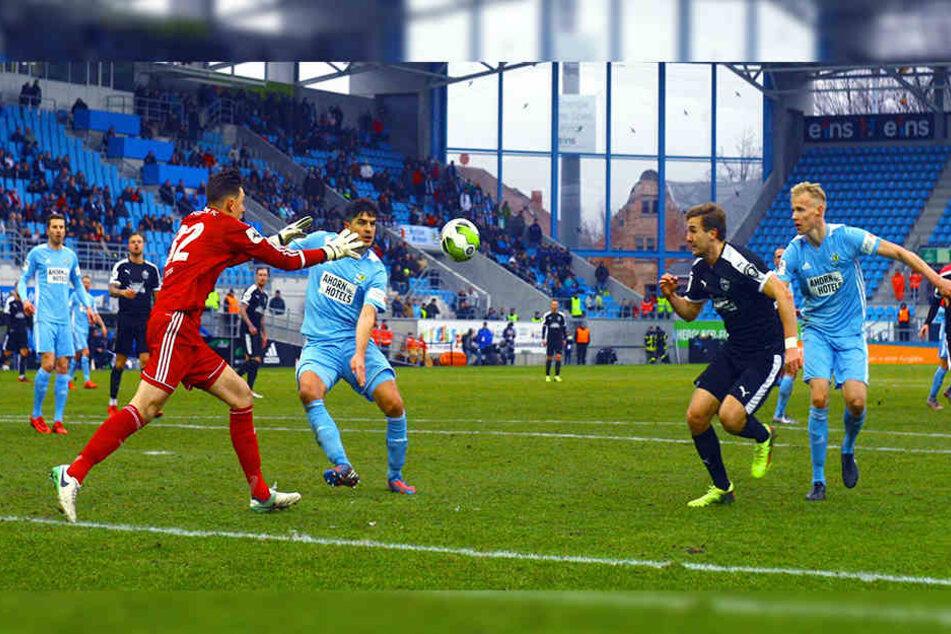 Hier ist Marcus Hoffmann (M.) und Tom Scheffel (r.) mal ein Ball durchgerutscht, aber Schlussmann Kevin René Tittel greift sich den Ball vor Jenas Angreifer Julian Günther-Schmid.