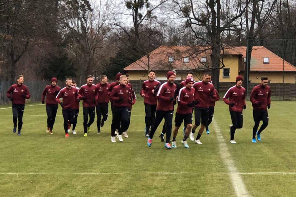 Niklas Kreuzer (r) vornweg. Die Dynamos starteten am Freitag ihr Unterfangen Aufholjagd.