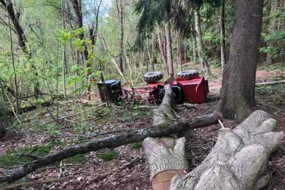 Schlimmer Unfall: Radlader kippt um, Kind (9) und Fahrer schwer verletzt