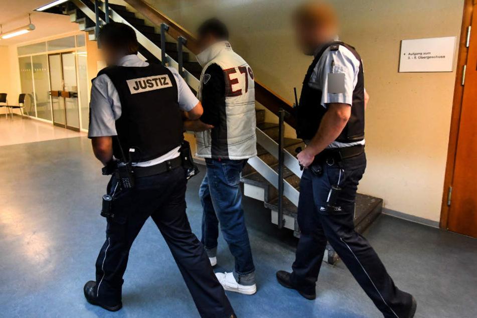 Der 33-jährige Angeklagte rannte während des Gesprächs mit seiner Mutter aus dem Quedlinburger Amtsgericht. (Symbolbild)