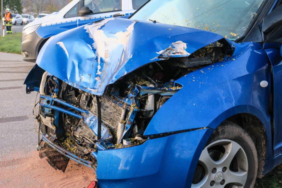 Unfall bei Aue: Suzuki kracht in Traktoranhänger